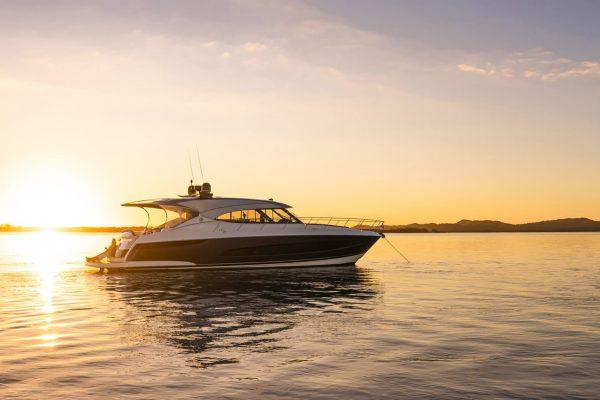 Riviera-5400-Sport-Yacht-Platinum-Edition-Lifestyle-05