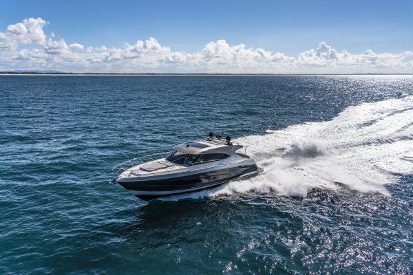 Riviera 5400 Sport Yacht Platinum Edition Running 02