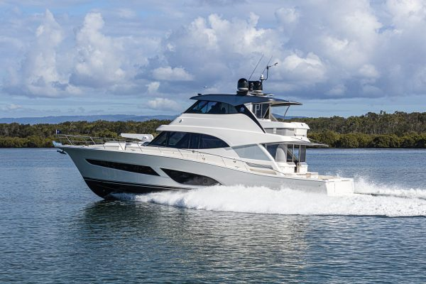 Riviera 64 Sports Motor Yacht Running 01